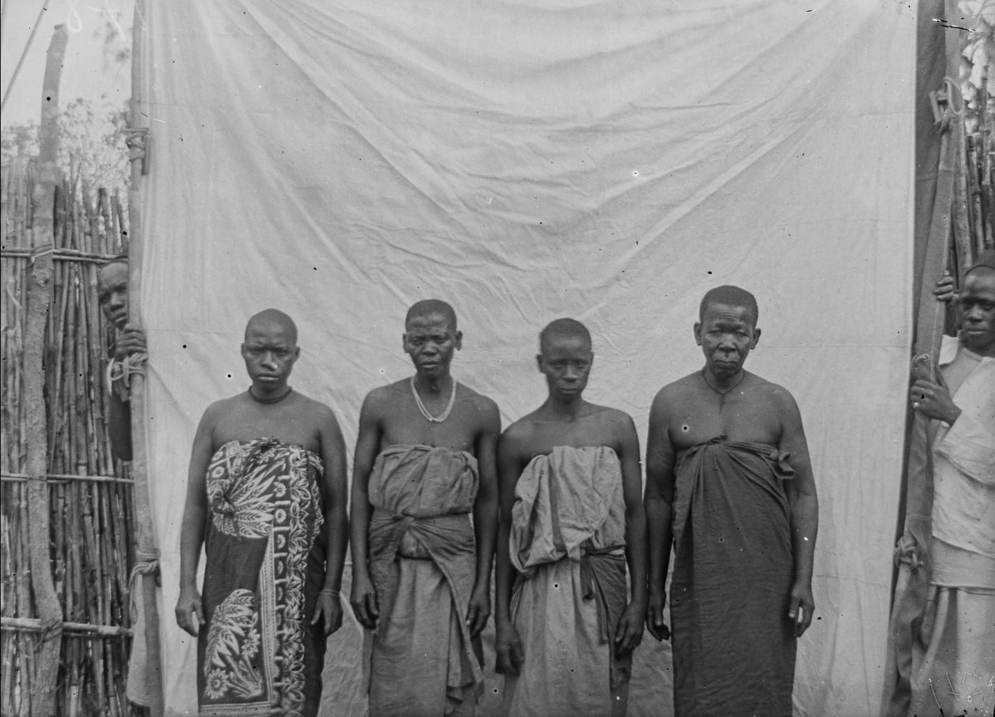 19. Антропометрическое изображение четырех женщин яо
