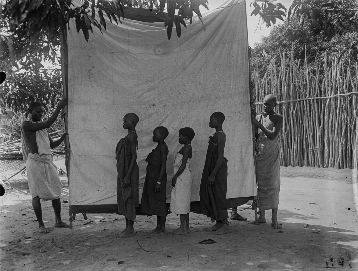 53. Антропометрическое изображение четырех девушек макуа