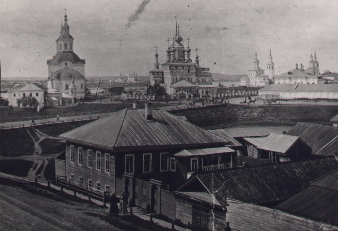 Иоанно-Богословская церковь. Сразу перед ней ц. Александра Невского с богадельней. Справа - церковь Вознесения.
