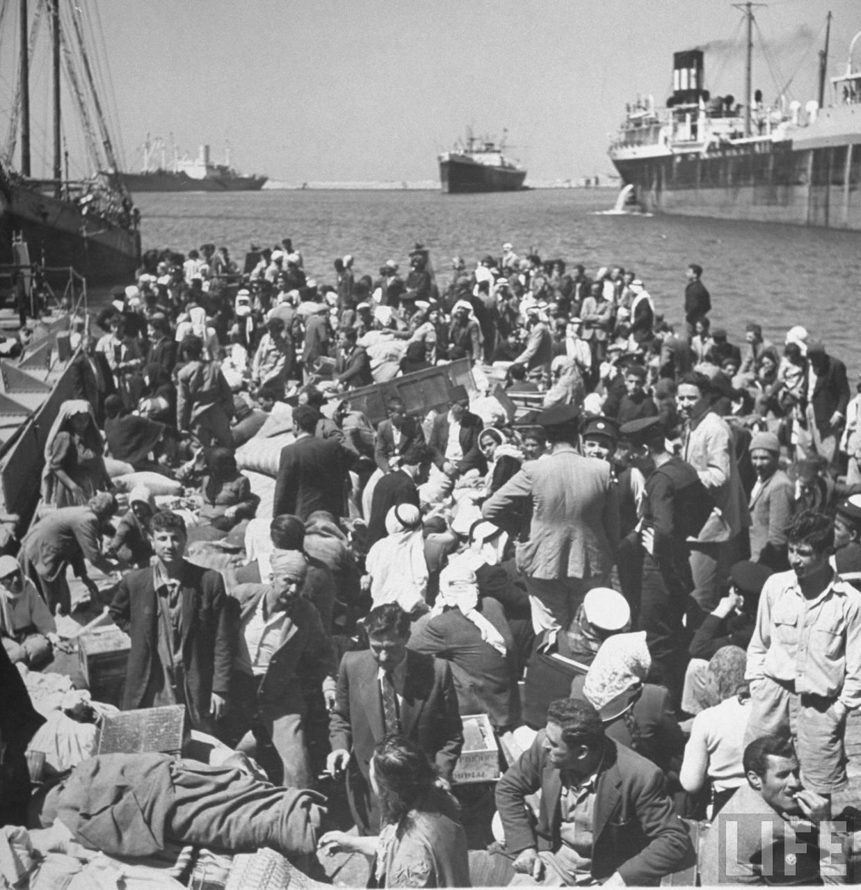 Арабские беженцы в порту Хайфы ждут, чтобы их переправили в Акко. Апрель