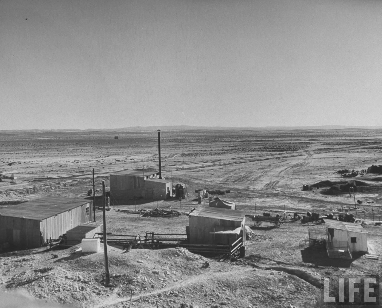 Еврейский форпост у египетской границы с траншеями, огневыми рубежами и колючей проволокой