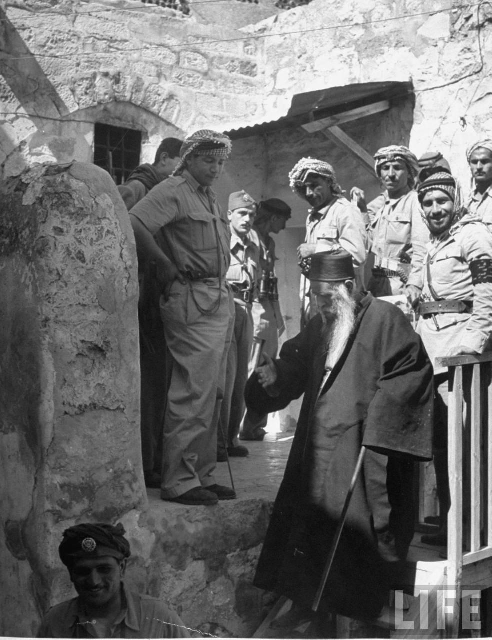 Сефардский раввин обсуждает условия сдачи еврейского квартала в Иерусалиме с солдатами арабского легиона. Июнь
