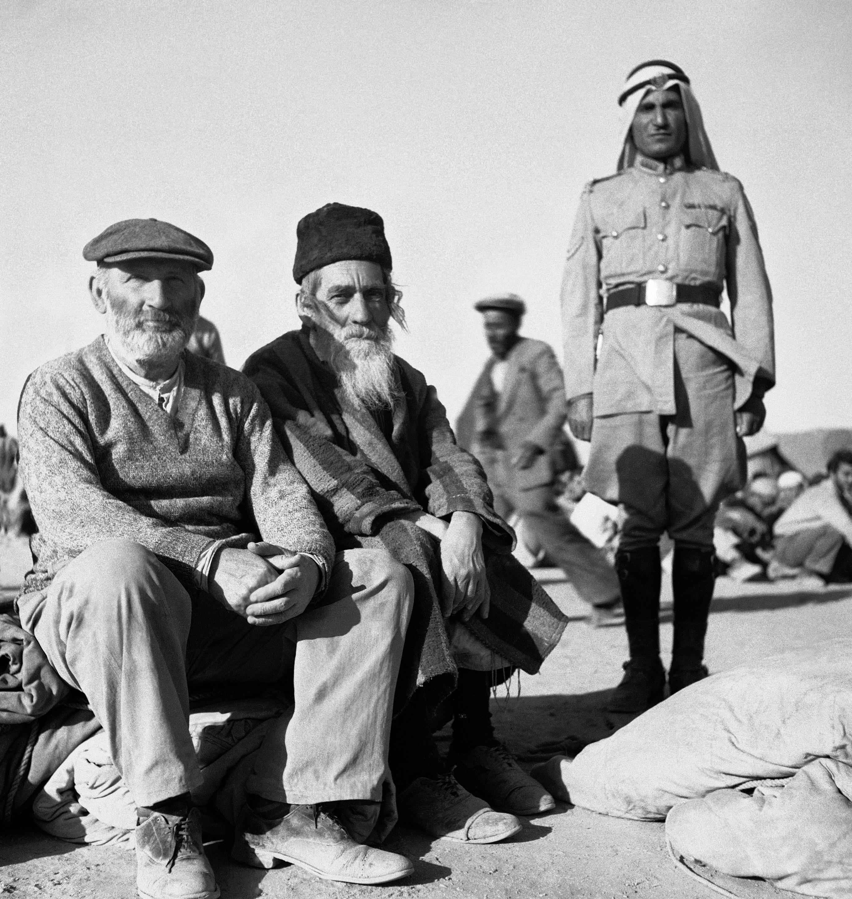 Охранники из Арабского легиона с двумя ортодоксальными евреями, которые предпочли тюремное заключение в Транс-Иордании возвращению в еврейскую область Иерусалима, которая по-прежнему является зоной боев. 4 июня