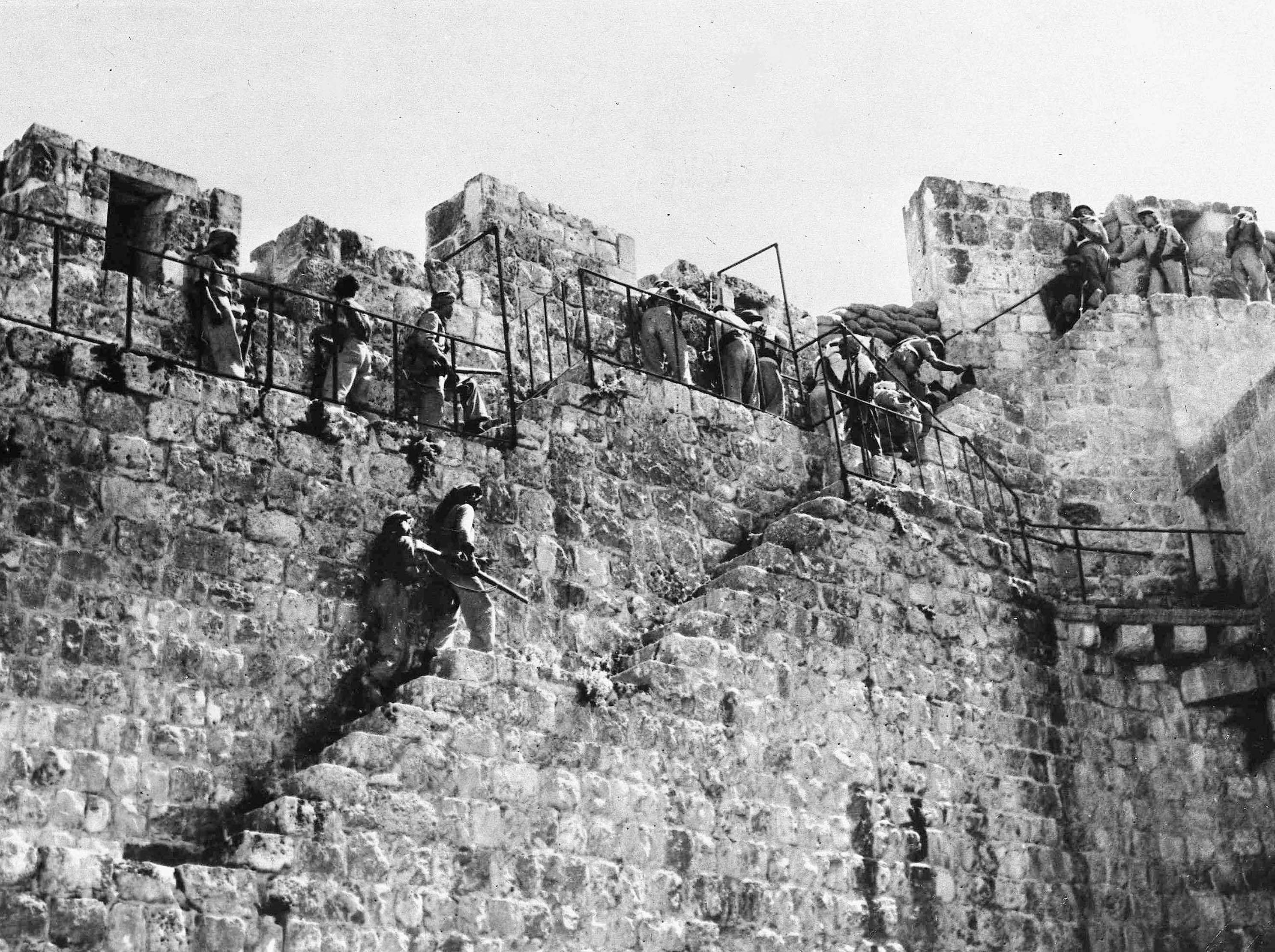 Арабские легионеры возвращаются на свои позиции на стенах старого города, когда закончилось перемирии. 9 июля