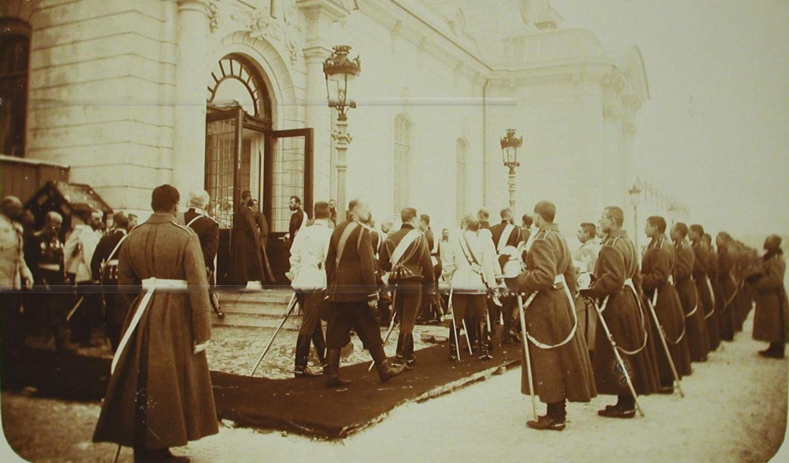06. Кавалергарды приветствуют входящих в церковь императора Николая II и его свиту, прибывших на церемонию освящения полковой церкви