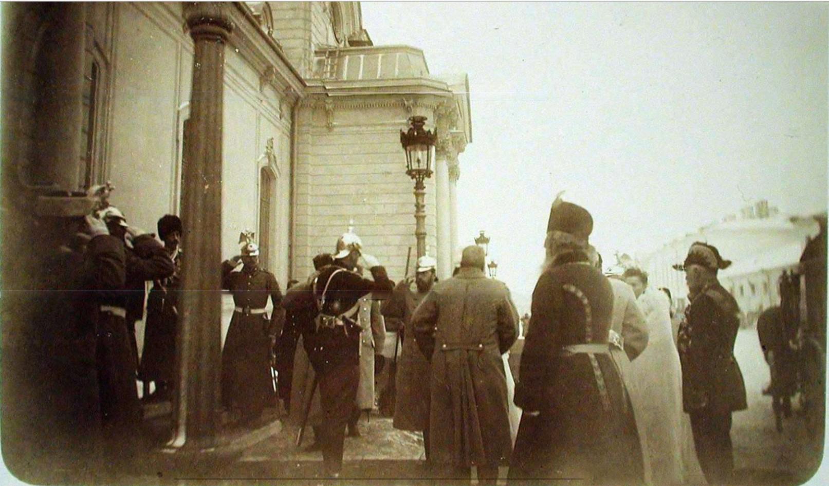 11. Начальник почетного караула, кавалергард отдает рапорт императору Николаю II, прибывшему на церемонию освящения полковой церкви.