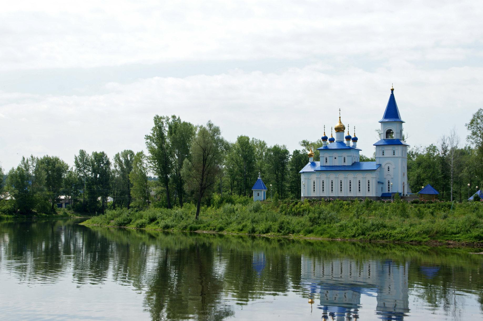 фото храма на реке