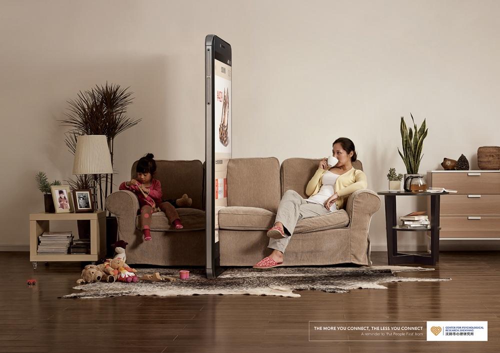 Слоган кампании: «Чем больше мыобщаемся, тем меньше мыобщаемся». Источник изображений: coloribus