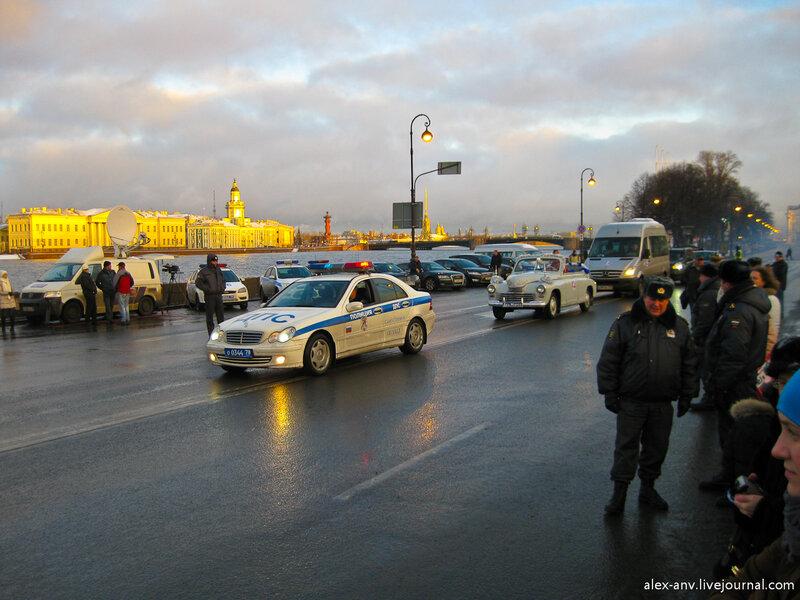 Тем временем митинг подошёл к концу и Деду Морозу приготовили торжественную процессию.