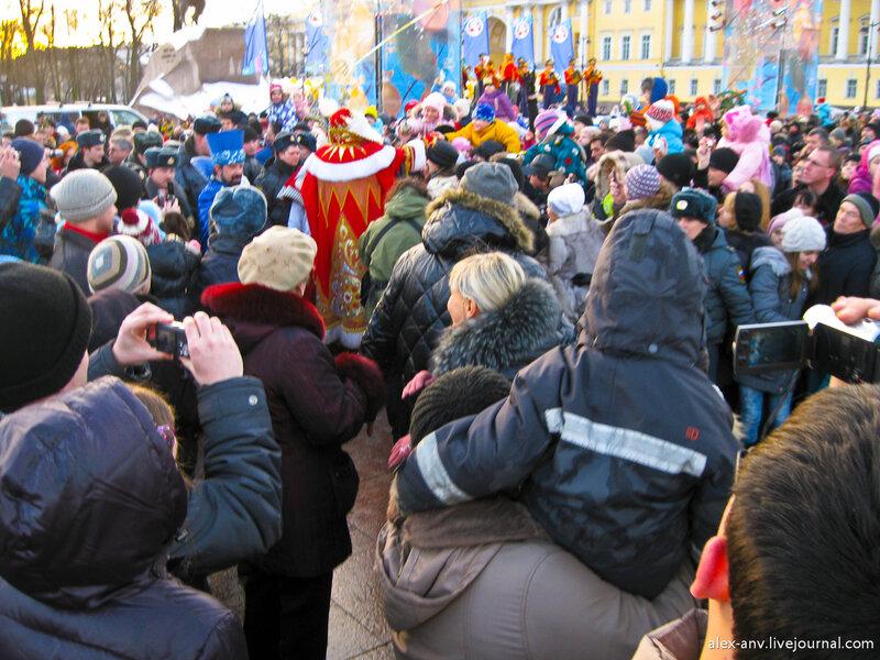 По дороге от сцены к автомобилю Дед Мороз пообщался с народом. Милиция особо этому не препятствовала, но и бесчинствовать не давала. В синем костюме - главный ведущий праздника. Весьма колоритный дядька.
