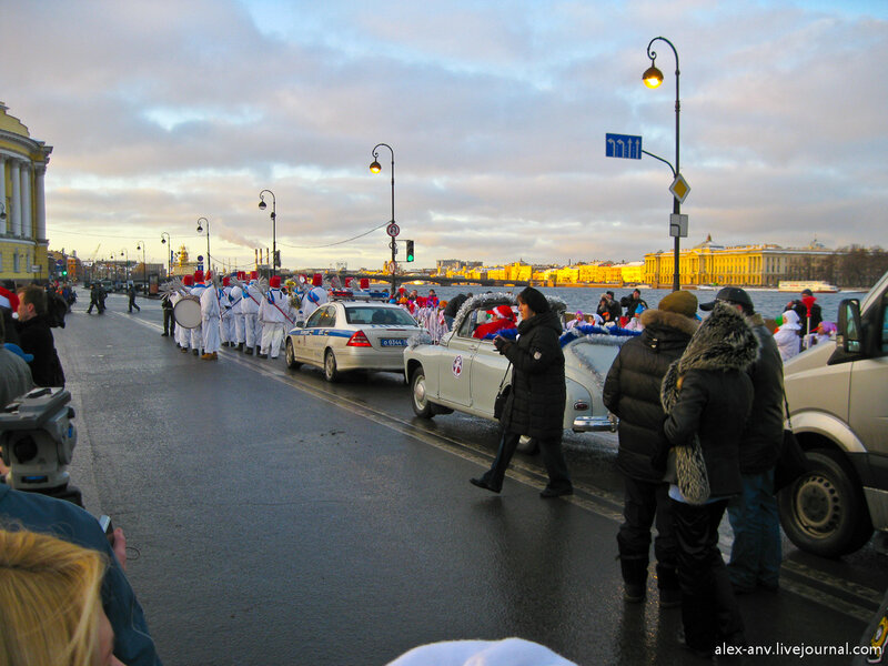 Впереди процессии всё тот же оркестр снеговиков.