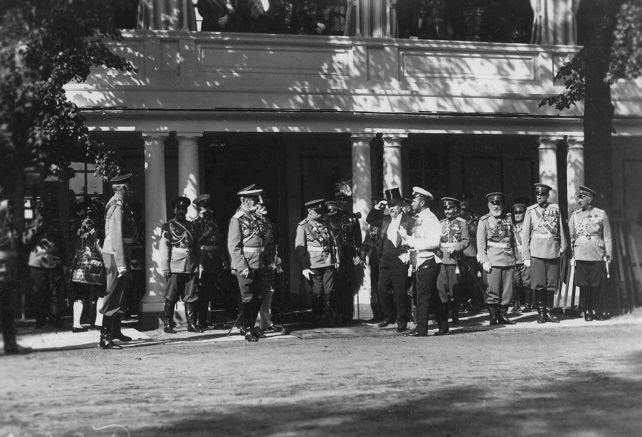 59. Р.Пуанкаре приветствует свиту императора Николая II у Большого Петергофского дворца