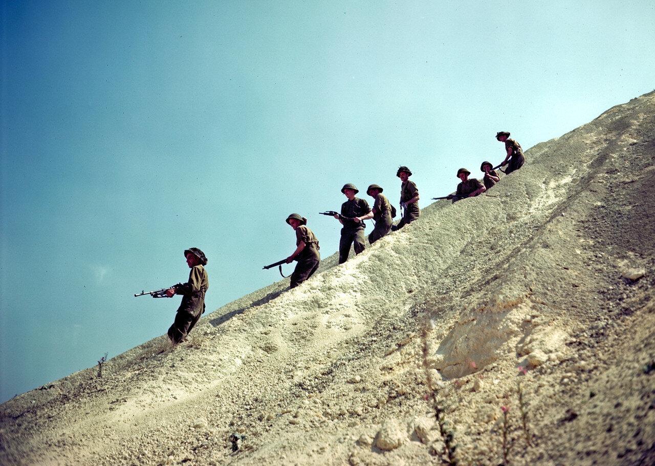 20. 10 августа 1944. Патруль солдат  канадской пехоты 6 бригады Собственного Ее Королевского Величества Шотландских горцев Камерона полка