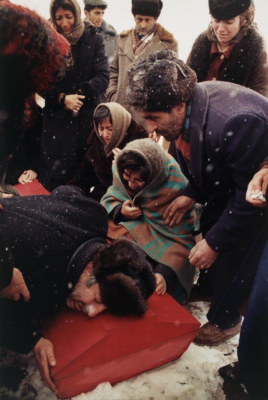 1988. Армения. Спитак. Борис Абгарзян оплакивает своего семнадцатилетнего сына, одну из жертв землетрясения