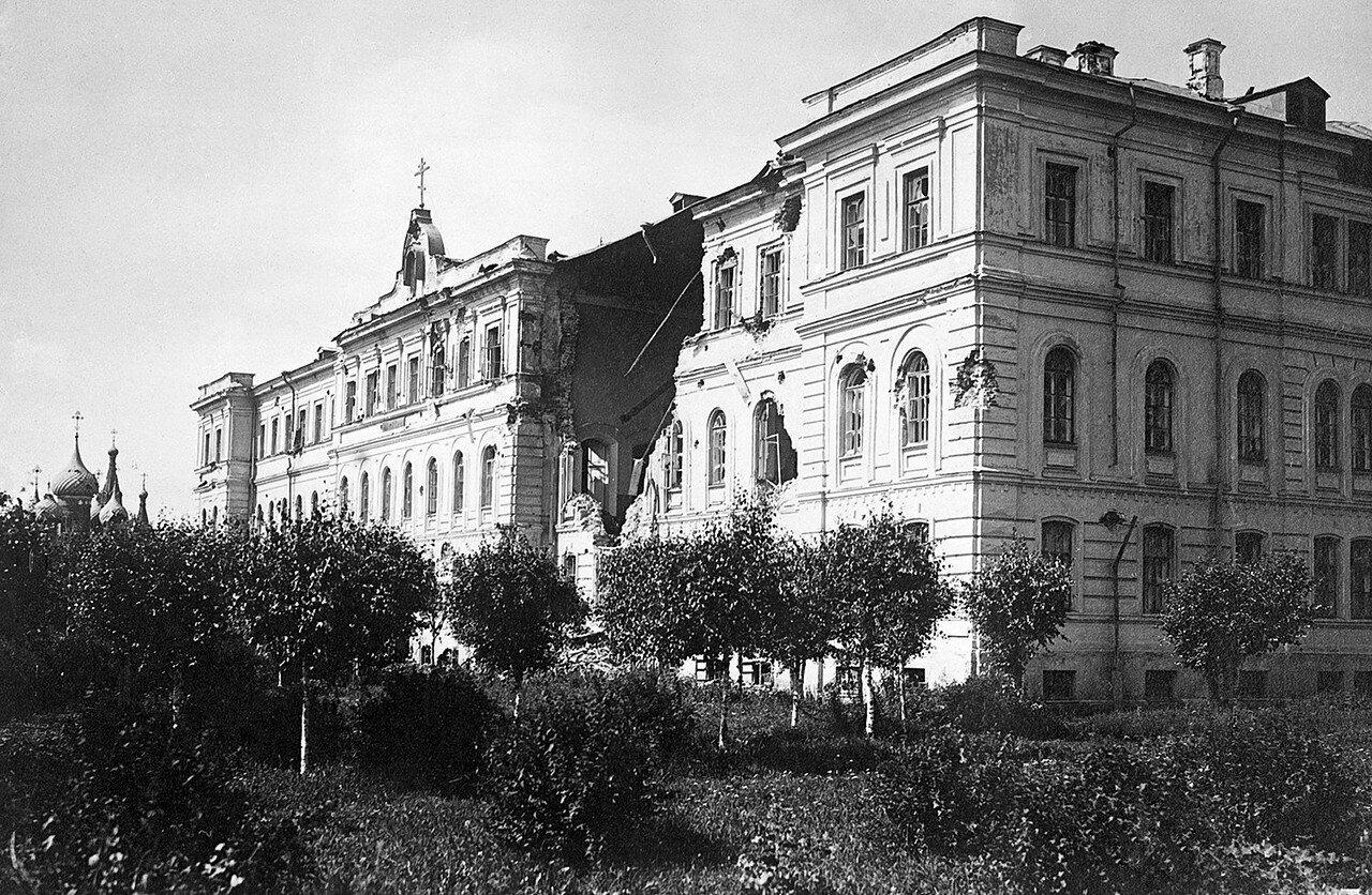 Здание Духовной семинарии после мятежа и церковь Николы Мокрого. 1918