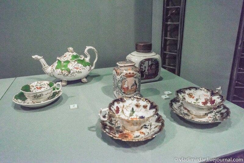Чайник и чашка с блюдцем с изображением экзотических птиц и чЧайница с портретами Анны Гановерской и Вильгельма IV Оранского
