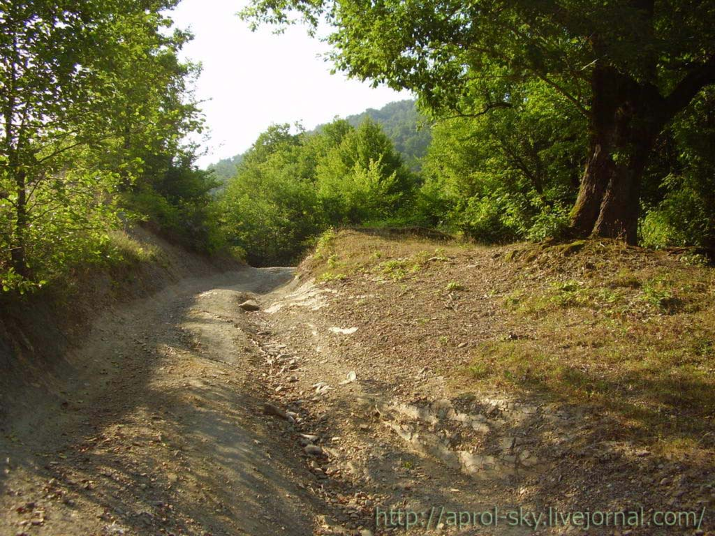 эта Горная дорога ведёт к роднику на вершине горы