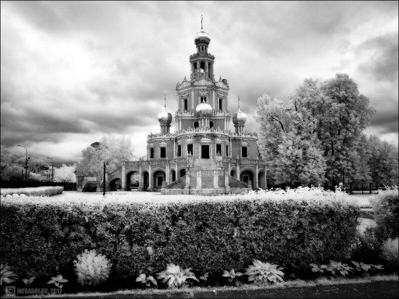 Церковь Покрова в Филях и виды на Москва-Сити