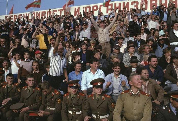 Зрители на трибуне в Черновцах, 1988 год. Фотограф Бруно Барби (Bruno Barbey).  27. Родильное отдел