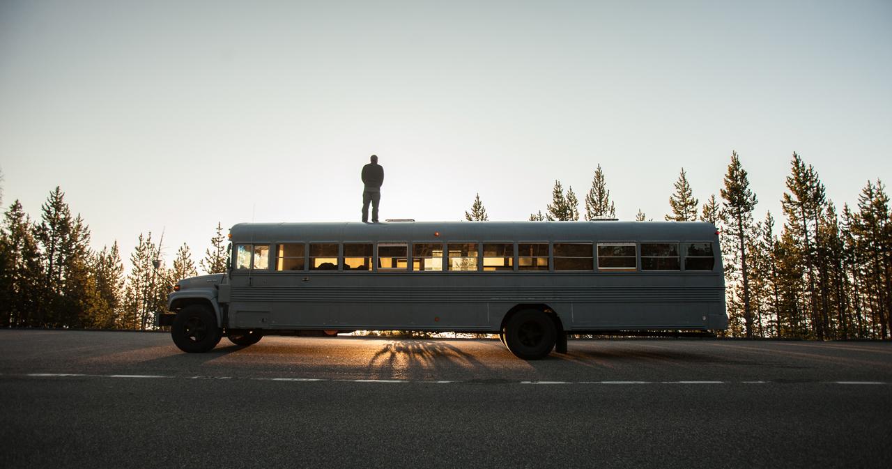 Kak-prevratit-shkolnyj-avtobus-v-polnocennyj-dom-na-kolesax-17-foto