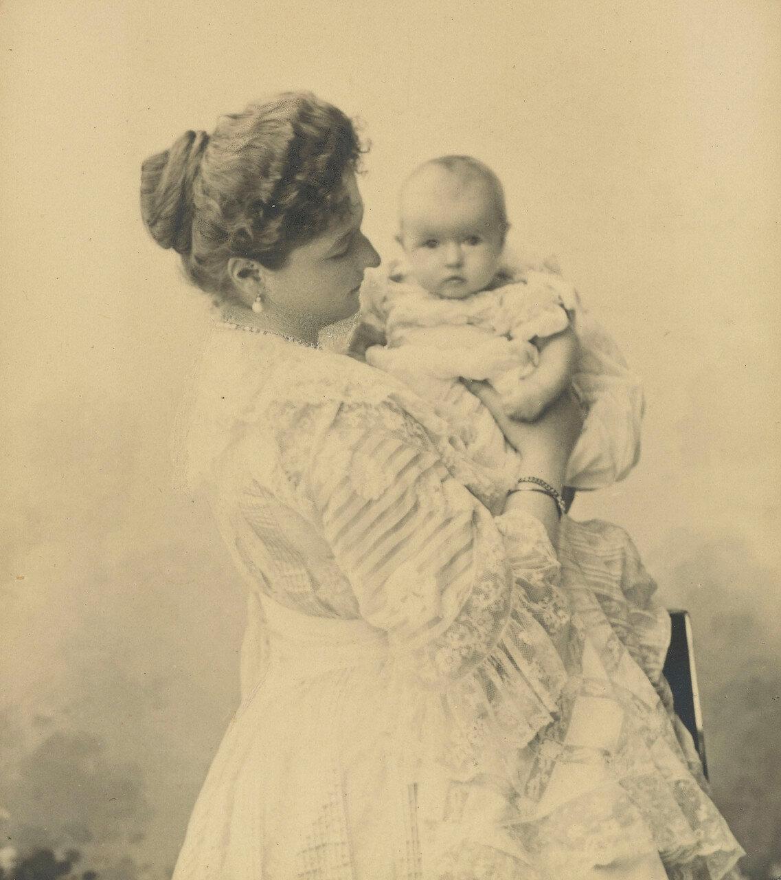 1901. Александра Федоровна  держит на руках великую княжну Анастасию Николаевну