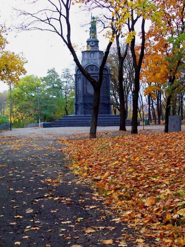 Памятник Владимиру осенью