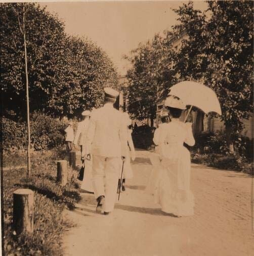 Княгиня З.Н.Юсупова (справа спиной) и её гости направляются к господскому дому в имении