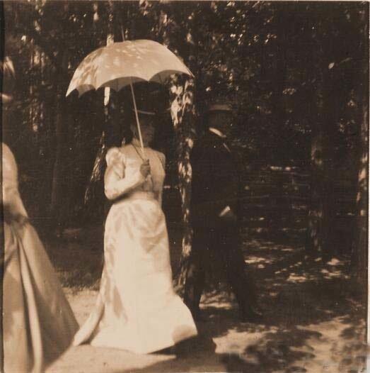 Княгиня З.Н.Юсупова (слева) со своими гостями во время прогулки по имению