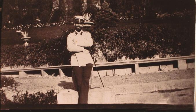 Один из гостей семьи князей Юсуповых во время прогулки в парке имения