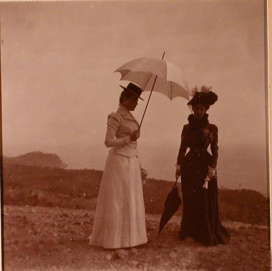 Княгиня З.Н.Юсупова с подругой во время прогулки.