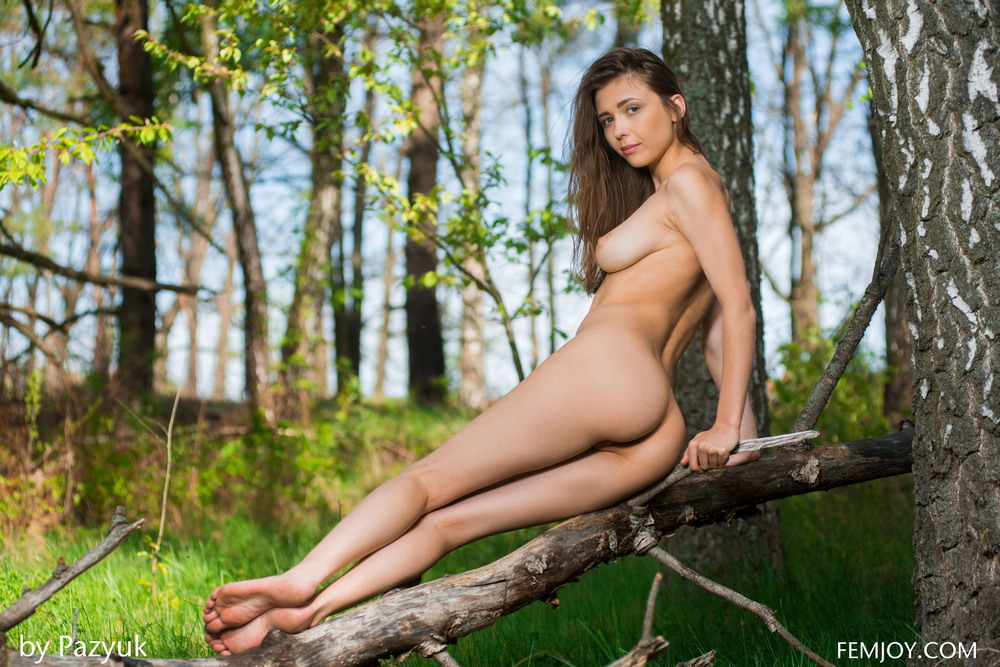 Стройная Milla разделась в лесу