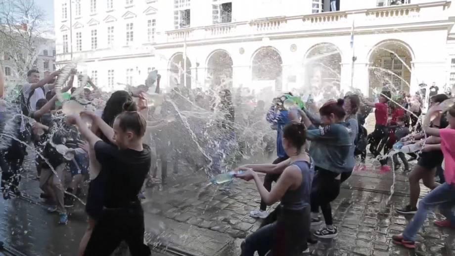 Веселый «обливной понедельник» во Львове (видео)