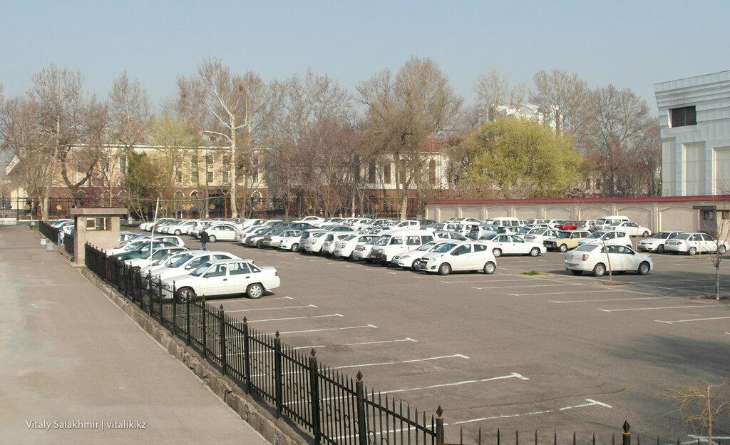 Парковка в центре Ташкента, Узбекистан