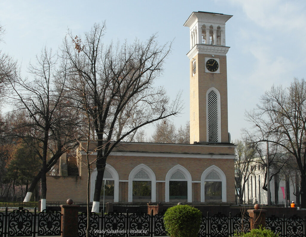 Часы возле сквера Амира Темура, Ташкент