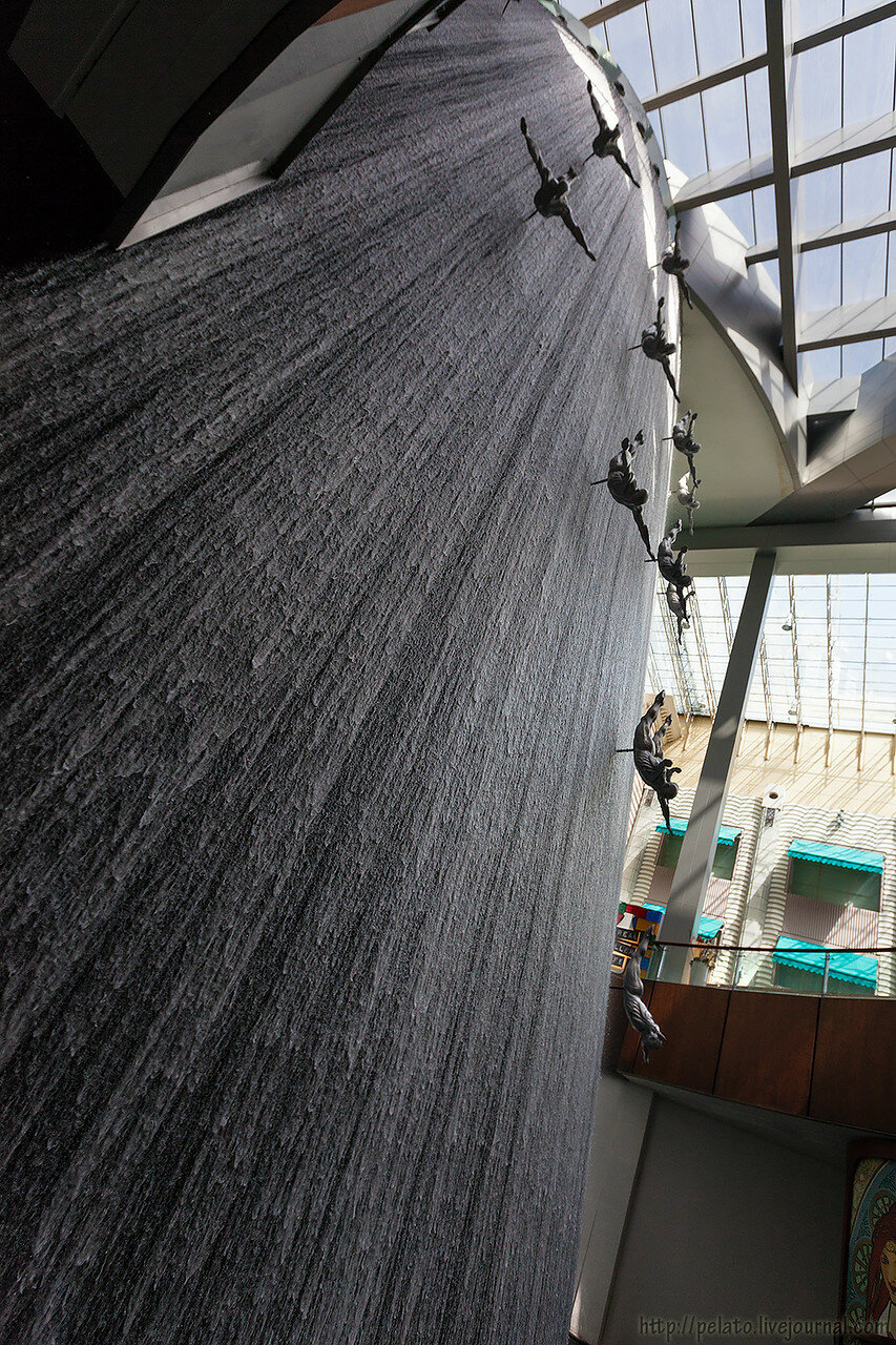 водопад Ныряльщики за жемчугом Dubai Mall молл Dubai Дубаи ОАЭ UAE