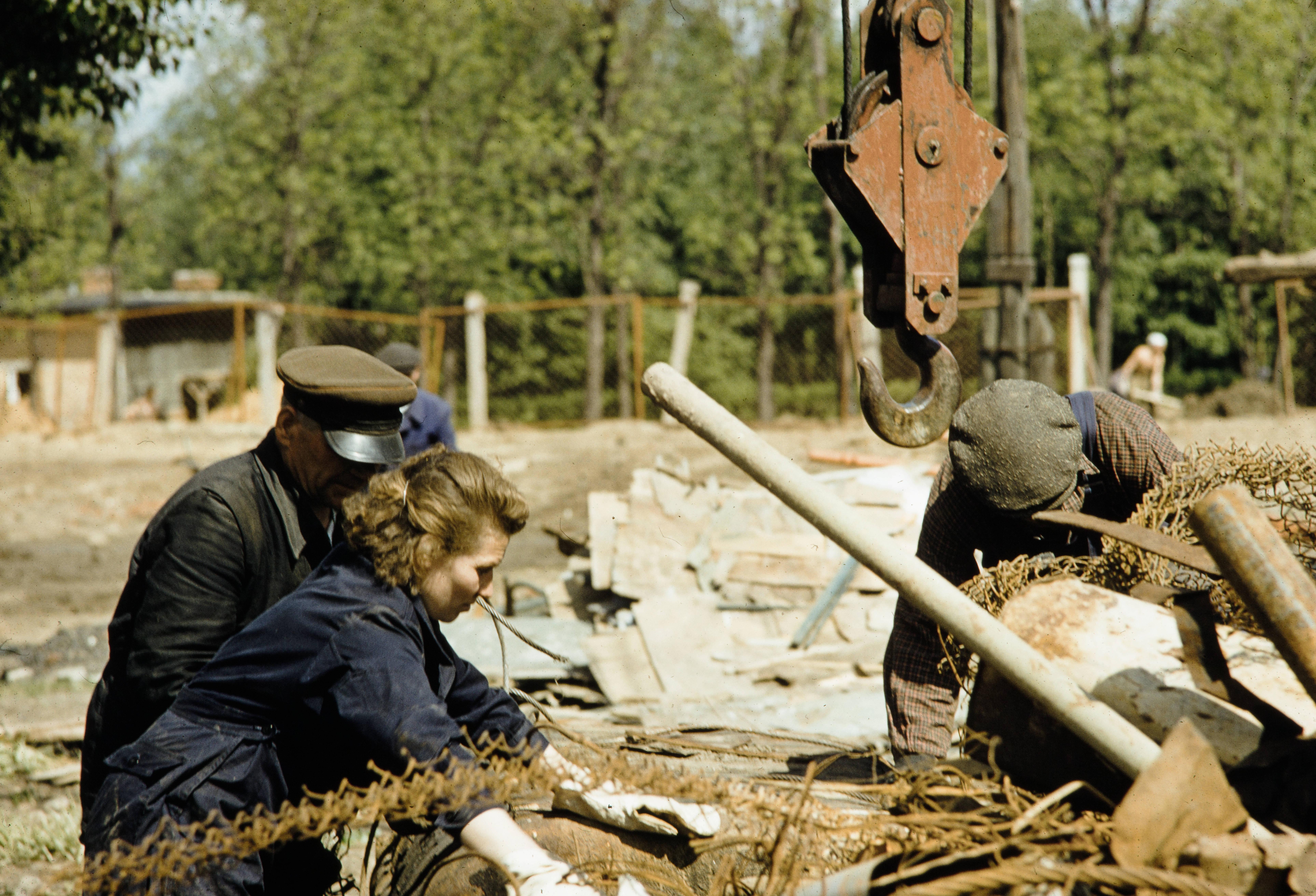 10. Женщина-инженер принимает товар