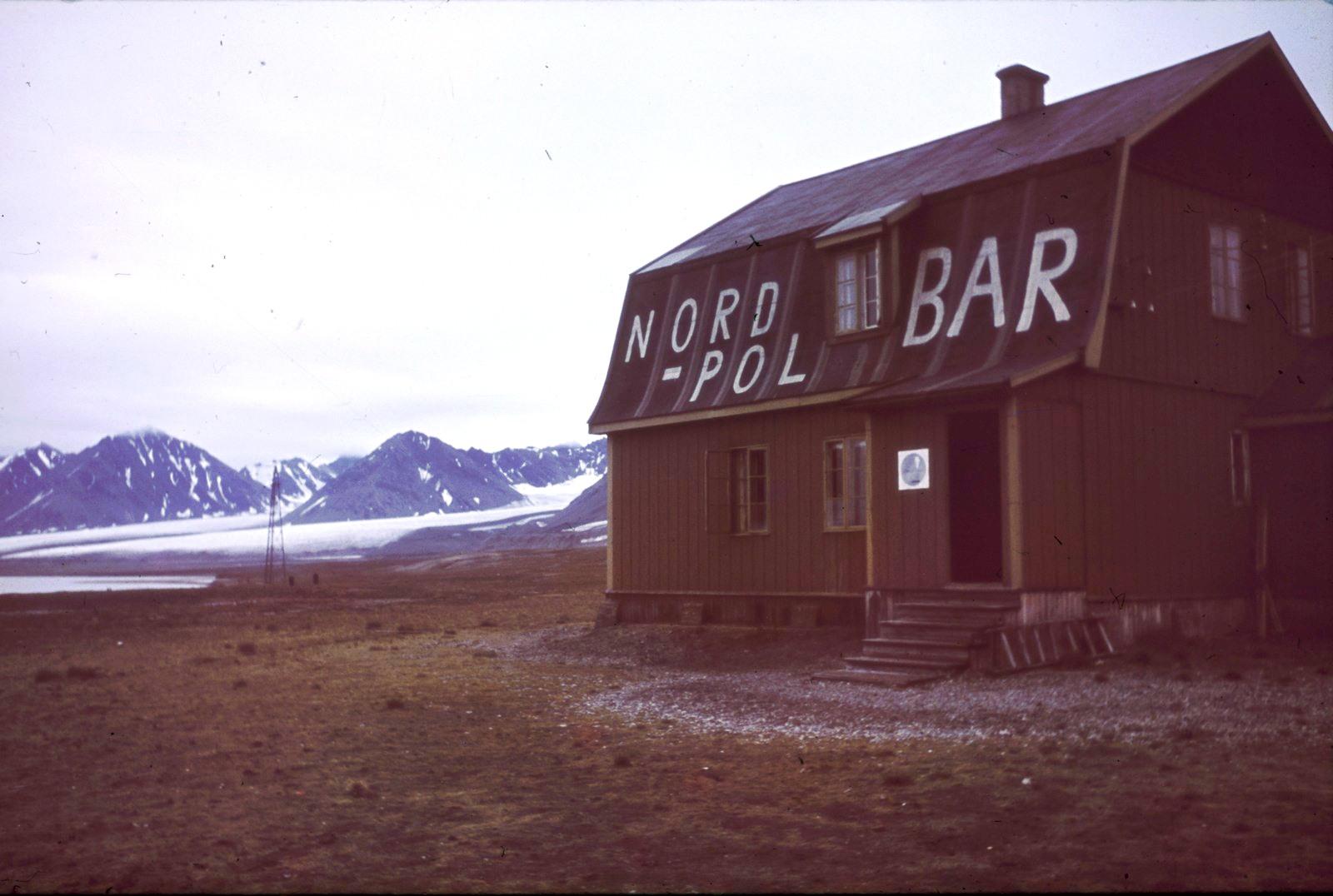 Шпицберген. Бар Северный полюс в Ню-Олесунне. В 1926 году в доме жил полярный исследователь Адмундсен