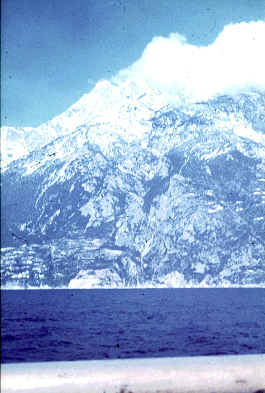 Вид с пассажирского судна на прибрежные скалы