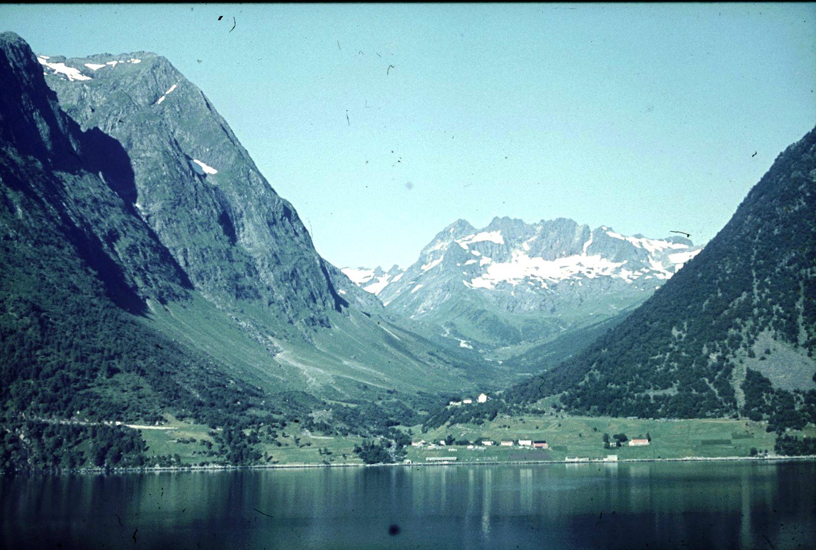 Пассажирское судно во фьорде. Поселение на берегу