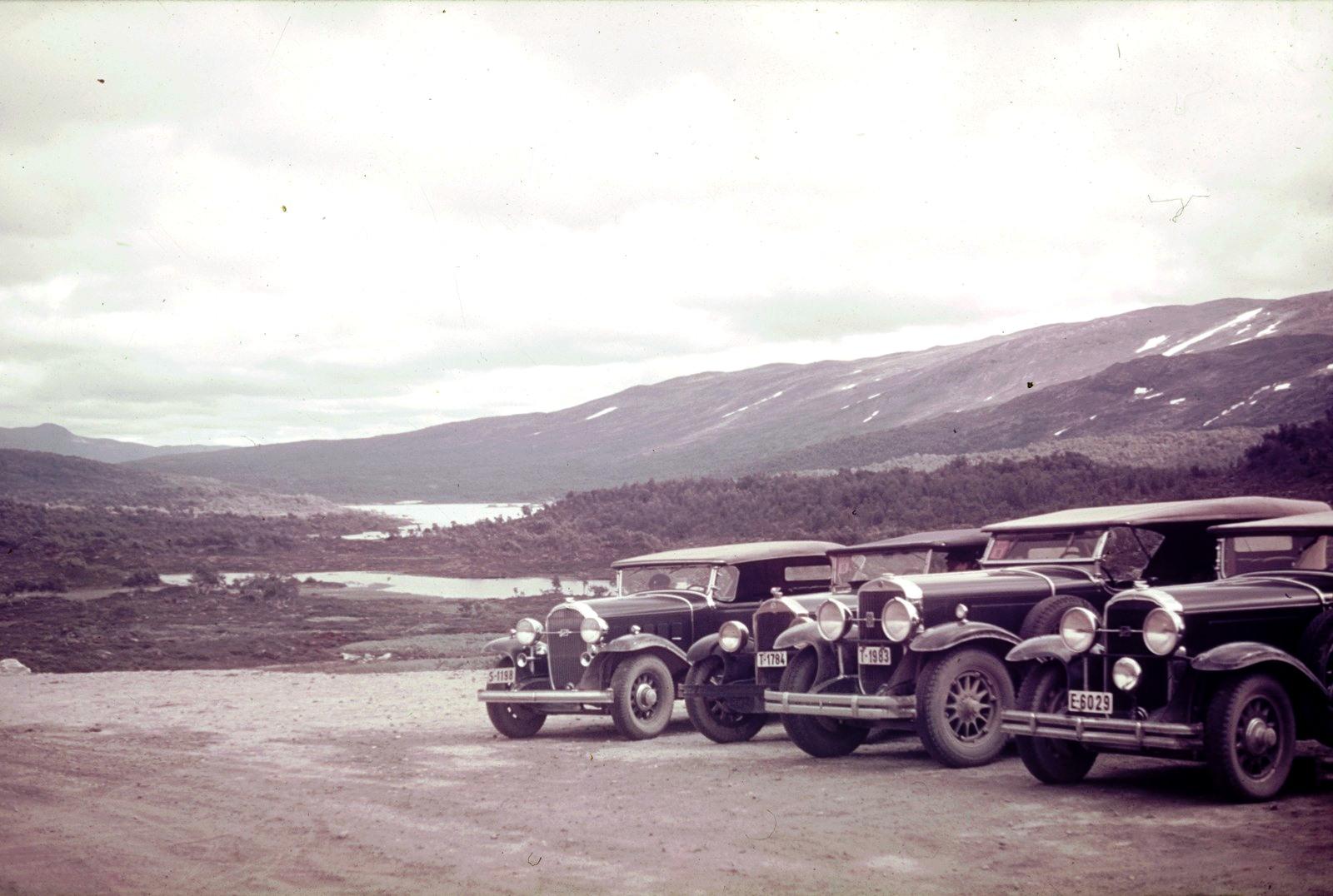 Припаркованные автомобили возле фьорда