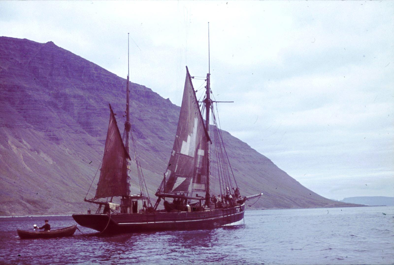 Рыбацкая лодка у берегов