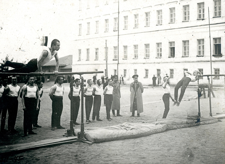 Спортивные упражнения во дворе Омского кадетского корпуса