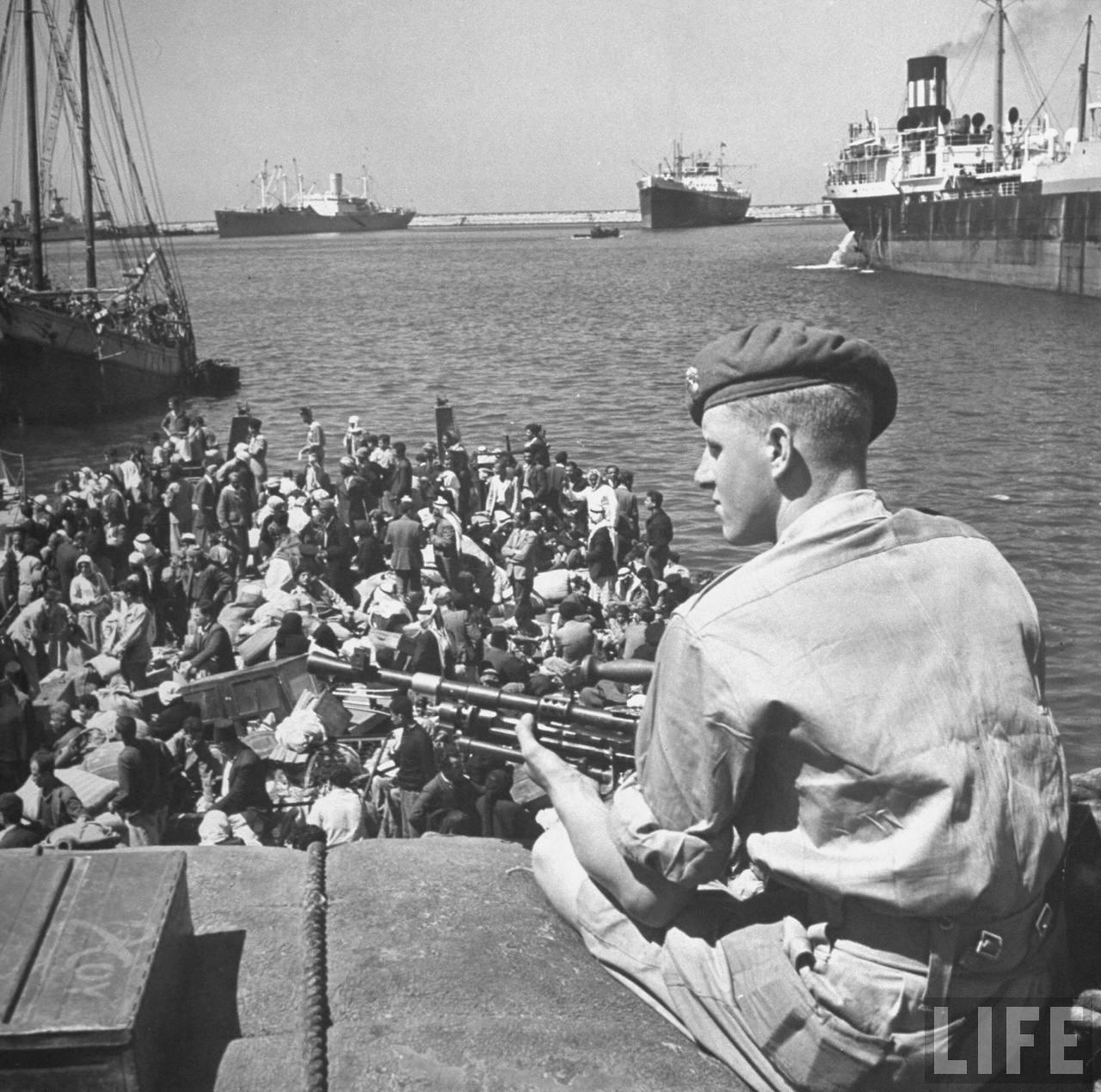 Арабские беженцы заполняют британское судно, перевозящее их в Акко. Апрель