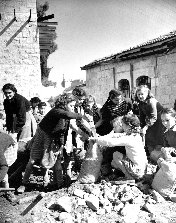 Квартал Монтефиоре в Иерусалиме. Еврейские девушки готовят мешки с песком в преддверии атак арабских бойцов. Февраль