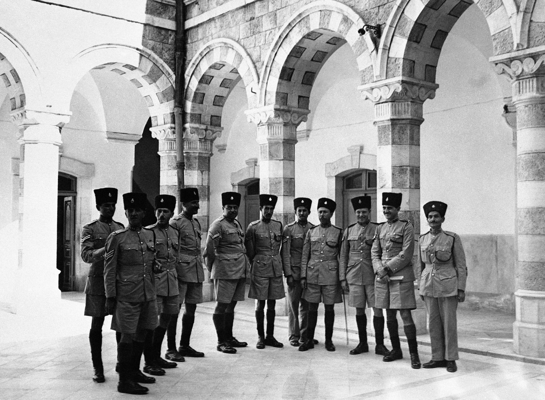 Молодые арабские новобранцы и волонтеры из британской армии проходят интенсивную подготовку в казармах Палестинской полиции в Иерусалиме. Январь