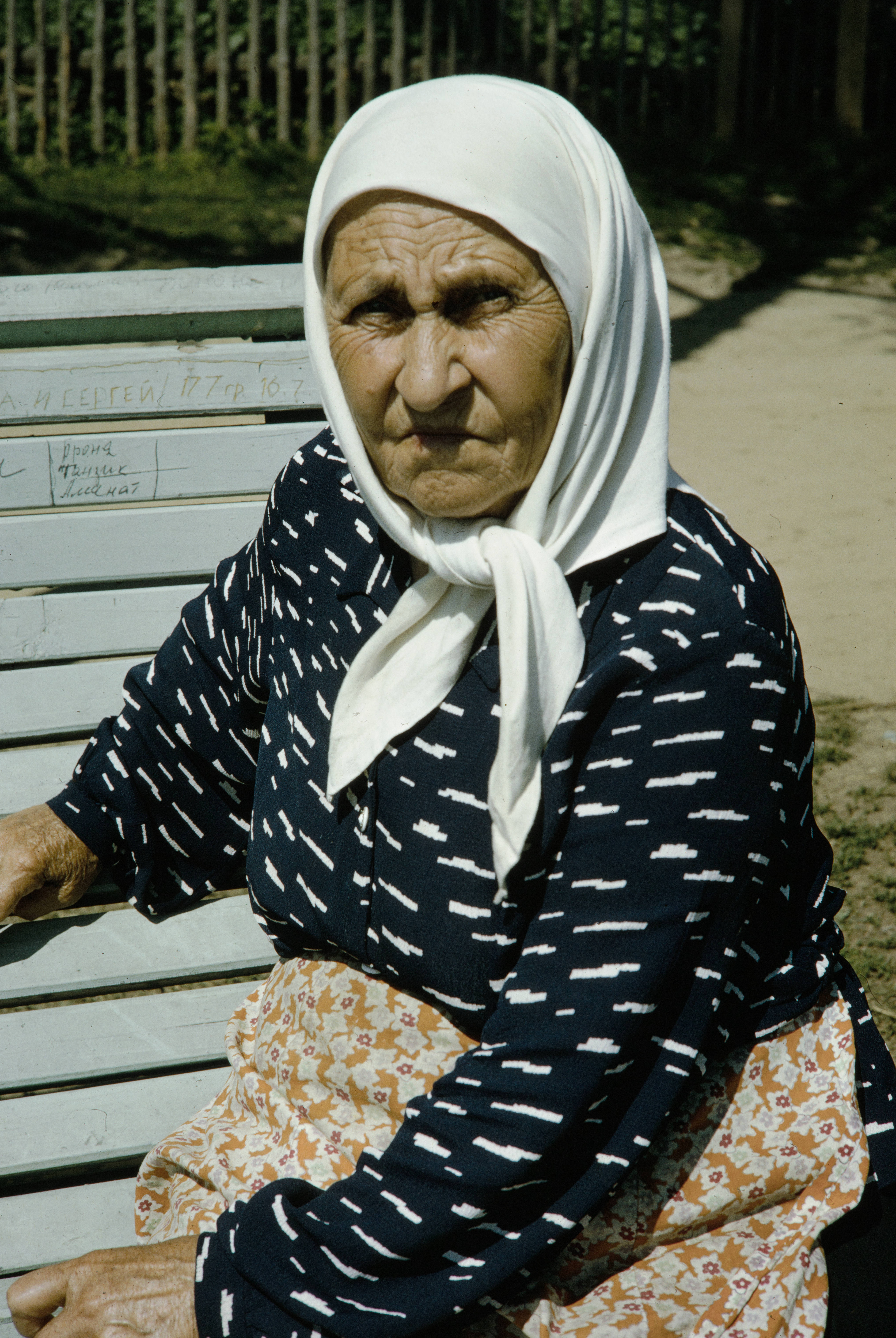Пожилая женщина на скамейке