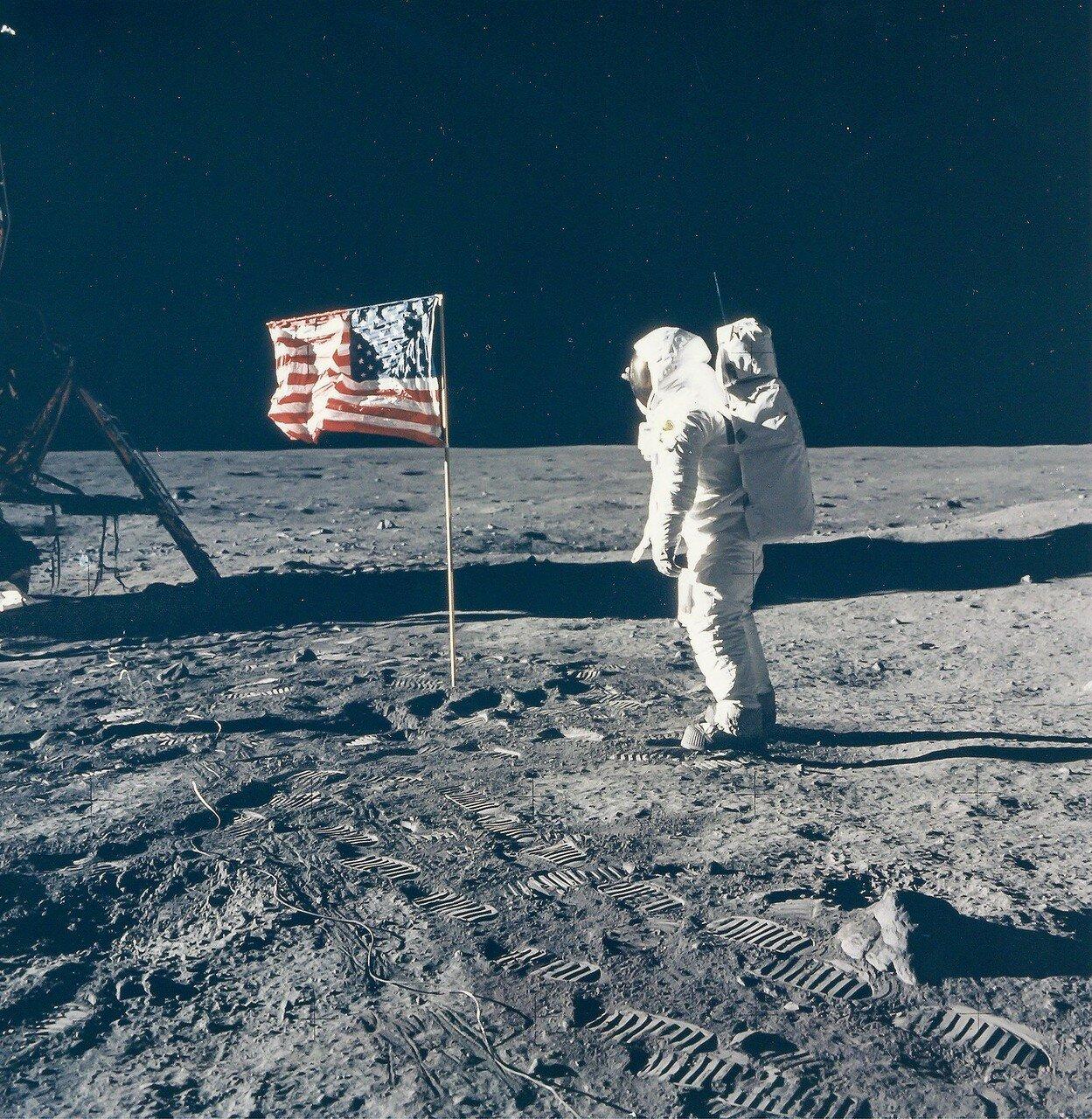 Армстронгу удалось руками углубить его на 15—20 см, дальше грунт становился очень твёрдым. На снимке: Базз Олдрин позирует фотографу рядом с флагом США
