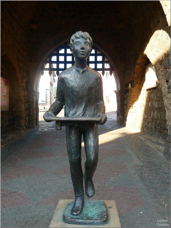 Скульптура перед воротами.