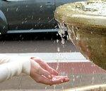 Руки Веры и капельки воды