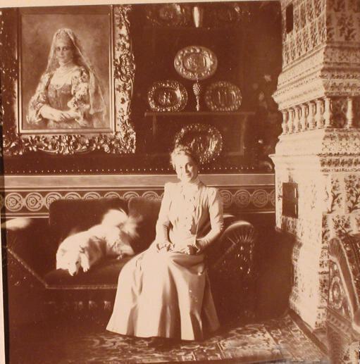 Княгиня З.Н.Юсупова в одной из комнат московского особняка (Большой Харитоньевский переулок) у своего портрета работы К. Е. Маковского.<br /> 1900 г.